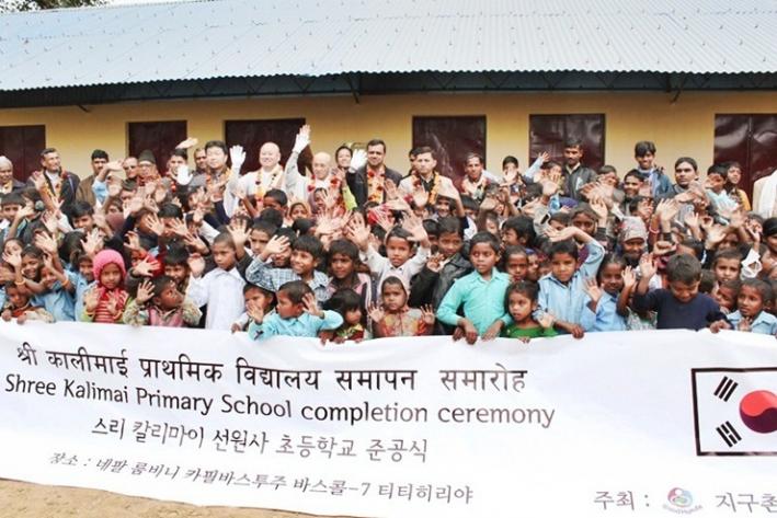 네팔에 학교가 없는 것이 안타까워 학교를 지어준 운천스님. 자료사진