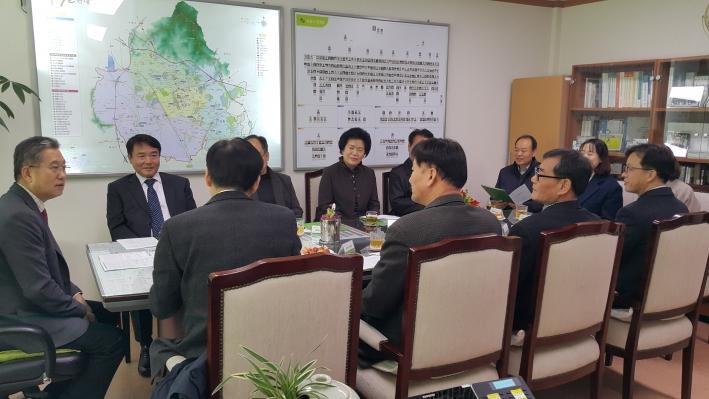 수원시 마을행정사 위촉식에서 홍사준 수원시 기획조정실장(왼쪽 1번째)과 마을행정사들이 이야기 나누고 있다.