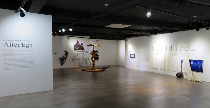 김석환 작가의 '죽음에 대한 기억' 설치작품과 전시회장 전경