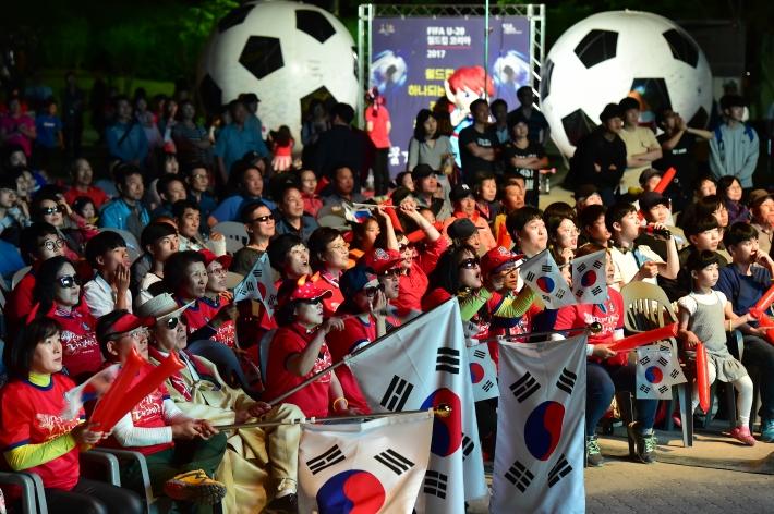 2017 FIFA U-20 월드컵 한국과 포르투갈의 16강 전 당시 만석공원에서 거리 응원을 하고 있는 시민들.
