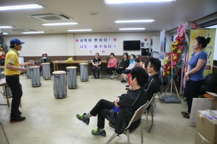 수업을 하기 전 정지원 회장과 강사 박은주씨(오늘쪽 뒤편에 서 있는 사람)가 인사를 하고 있다