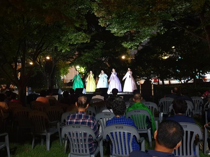 장안공원에서 펼쳐진 함께 부르는 수원아리랑 공연, 수원 아리랑을 함께 부르며 흥겨워했다.