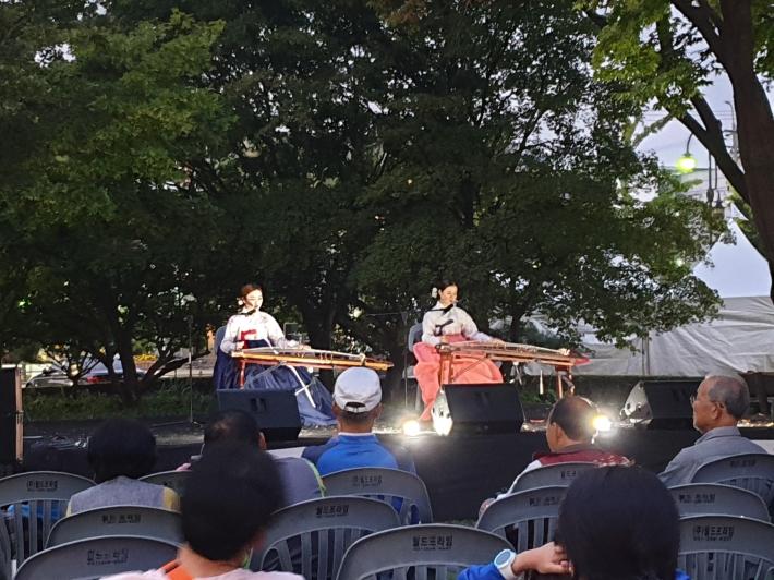 어둠이 내린 장안공원에서 전국에서 부리는 아리랑 공연은 수원화성문화제를 더욱 풍성하게 했다.